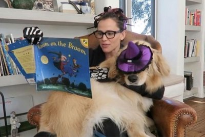 Jennifer Garner Wins Halloween With This Video Of Her Reading A Book To Her Dog