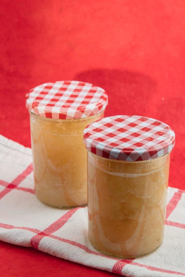 консервированное яблочное пюре на белой и красной ткани
